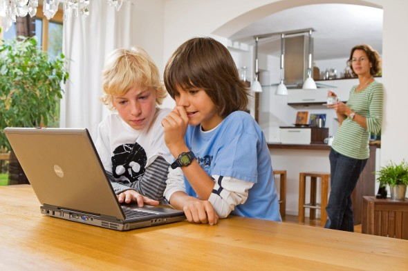 Cuidado com conteúdos na internet para seu filho